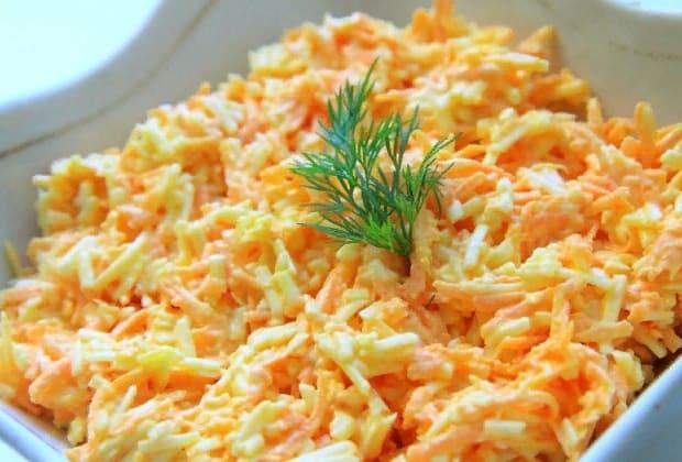Морковный салатик с сыром и яйцами