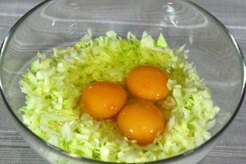 Добавляю яйца в капусту
